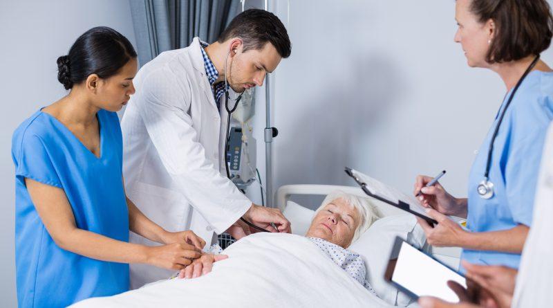 adulto mayor revisado por médicos