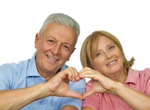 pareja haciendo signo de corazón