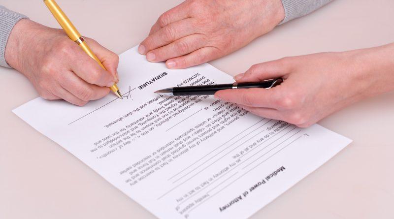 Adulto mayor firmando documento