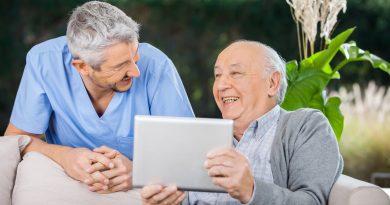 Cuidador con adulto mayor