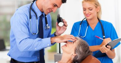 Oftalmólogo examen de ojo de mujer senior