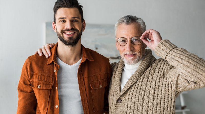 hombre sonriente mientras con adulto mayor alegre