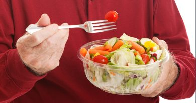 Adulto mayor come ensalada