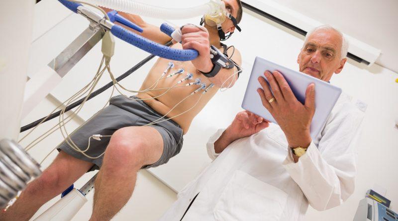 Hombre haciendo pruebas de condición física en bicicleta estática