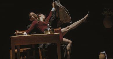 Stickiness, o la sinuosa tarea de desarraigar,pieza teatral sobre el amor, el desamor y la catarsis en la pareja