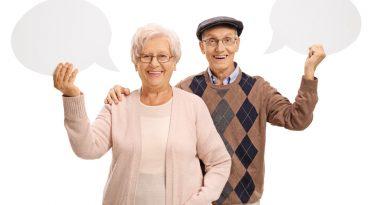 Una pareja de adultos mayores con burbujas de diálogo
