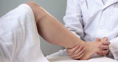 mujer sentada en camilla por una lesión de esguince