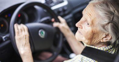 Adulta mayor conduciendo un auto