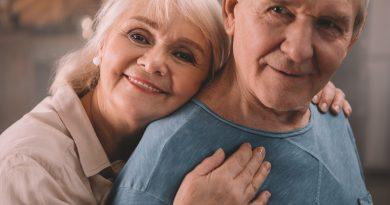 pareja de adultos mayores sonriendo