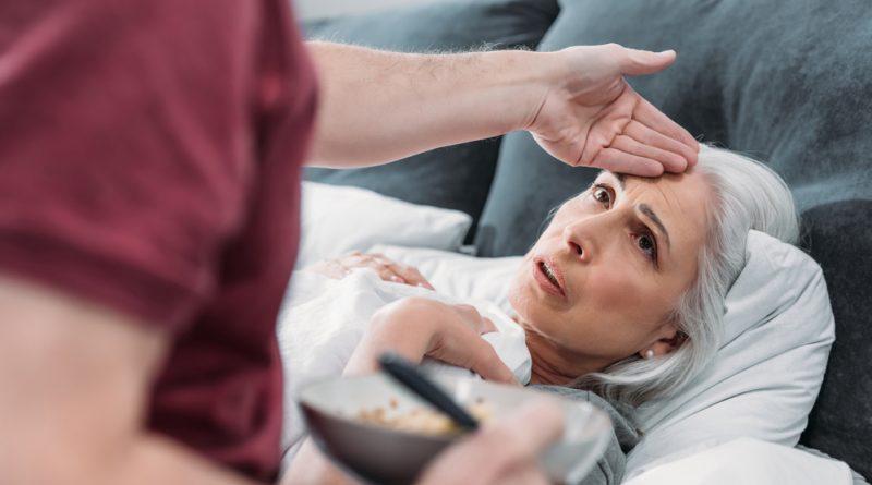 cuidador revisa el estado de salud de una paciente