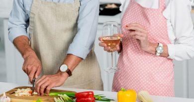 pareja de adultos mayores preparando alimentos en la cocinae