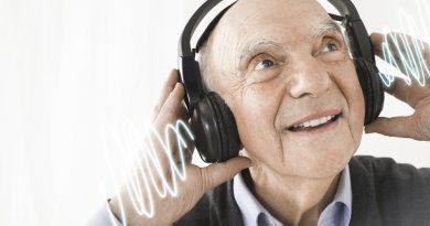 hombre adulto mayor con audífonos escuchando música