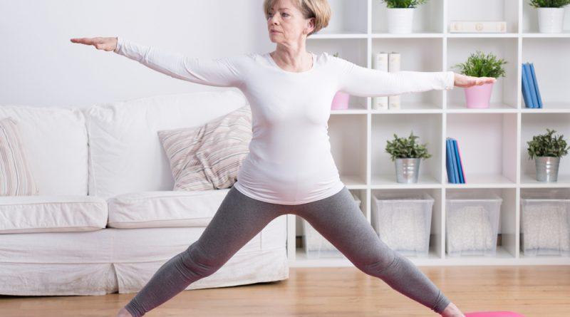 Adulta mayot realizando postura de yoga