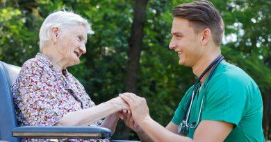 Adulta mayor junto a su cuidador médico