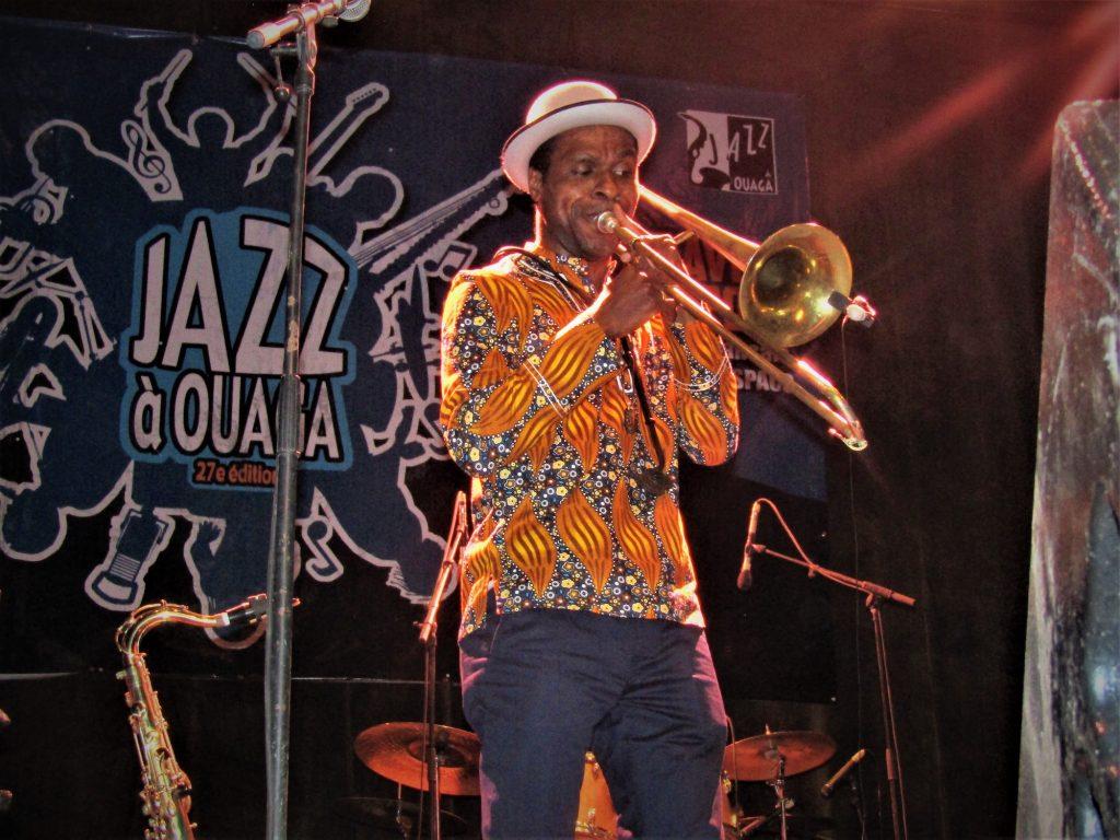 Un músico se presenta como parte de las celebraciones del Día Internacional del Jazz 2019 organizadas por Jazz à Ouaga, en Uagadugú, Burkina Faso.