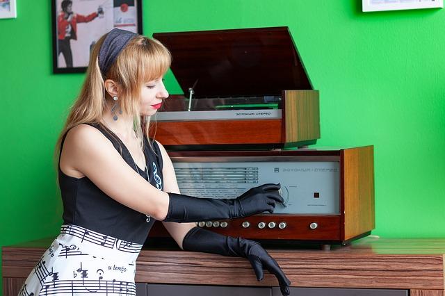 Mujer escuchando música en un modular