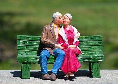 Adultos mayores besándose
