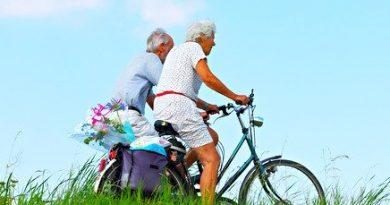Adultos mayores en bicicleta