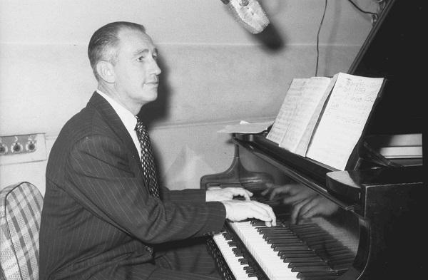 Francisco Gabilondo Soler tocando piano.