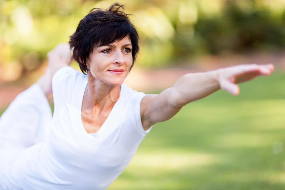 Mujer madura practicando ejercicio