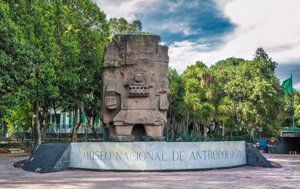 Entrada al Museo Nacional de Antropología en la Ciudad de México.