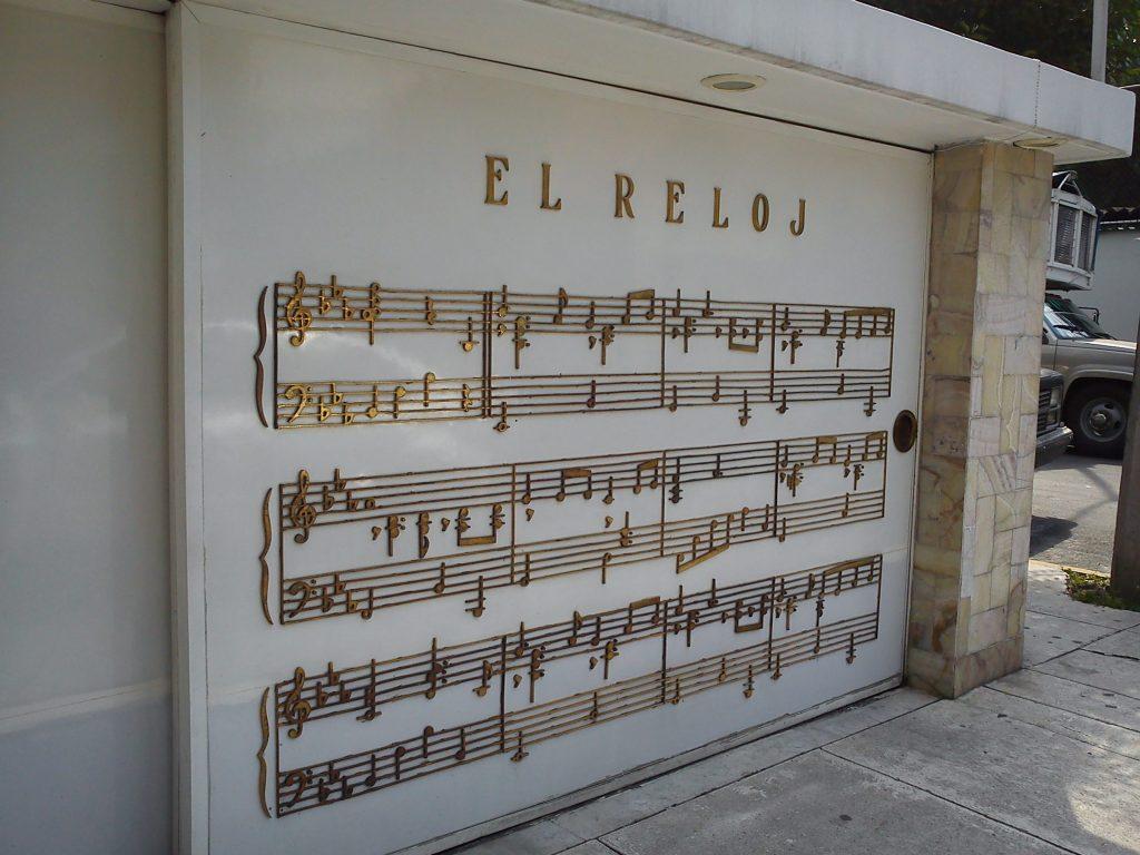 Puerta de la casa de Roberto Cantoral con la partitura de la canción El Reloj.