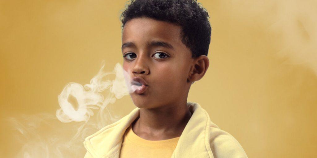 Niño fumando en el Cartel del Día Mundial sin Tabaco 2020.