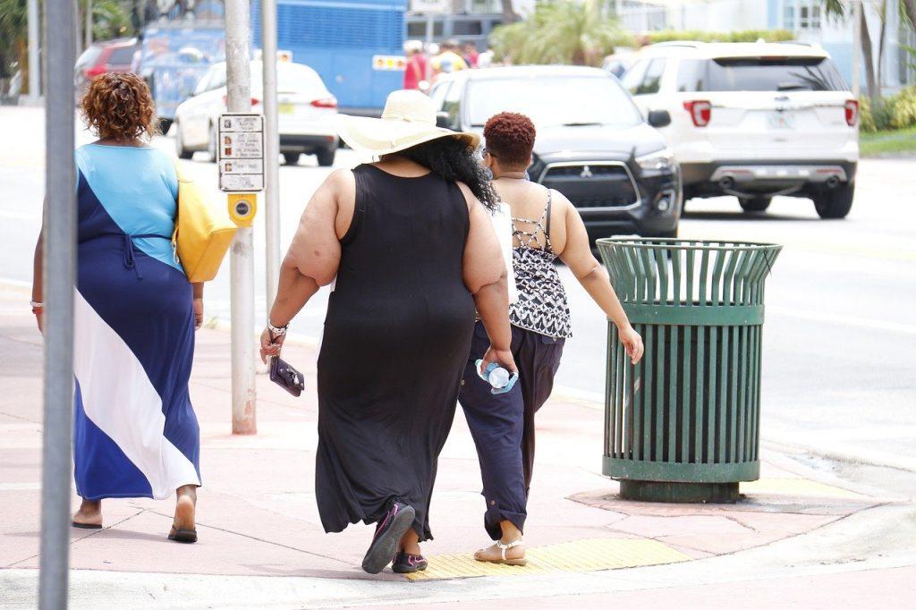Mujeres obesas caminando por la calle.