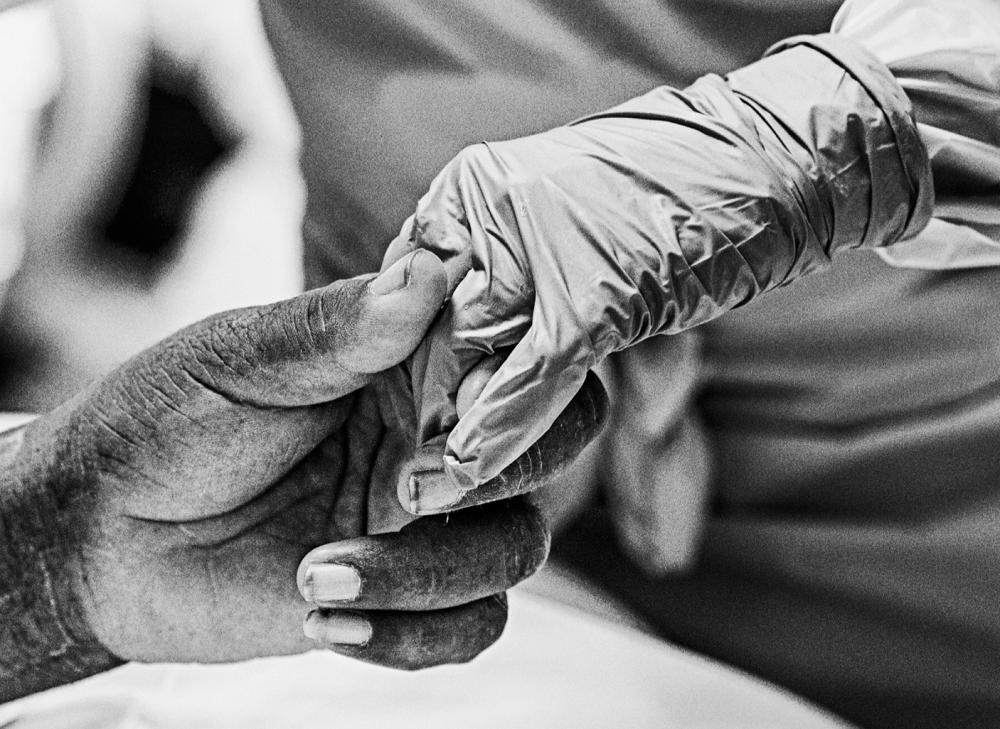 manos de paciente y enfermera
